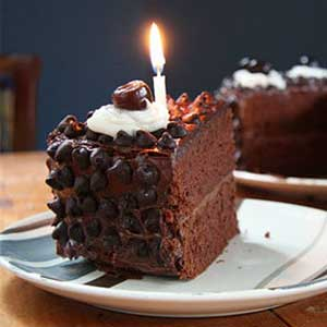 Домашний торт Прага украшенный глазурью