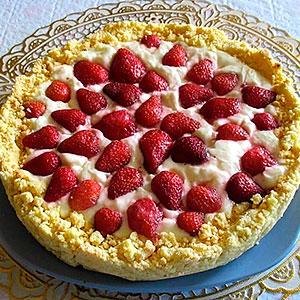 Песочный торт с ягодой и сметанным кремом
