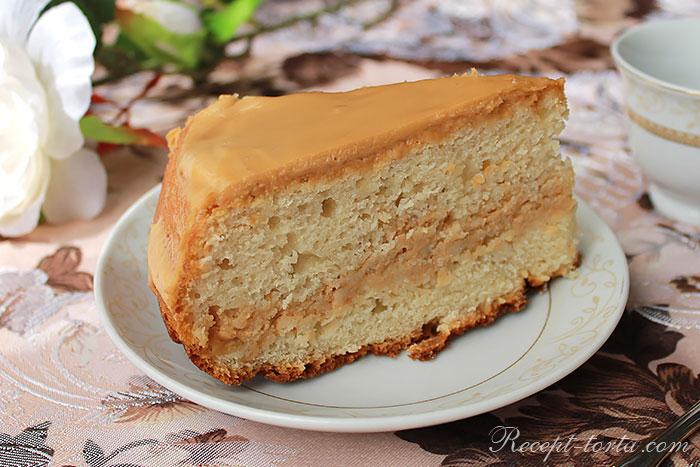 Быстрый бисквитный торт в разрезе