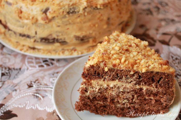 Шоколадный торт с варёнкой в разрезе - фото