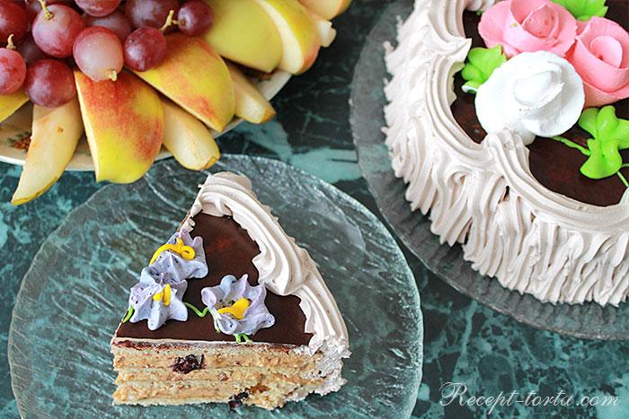 Медовый торт с орешками и черносливом - фото