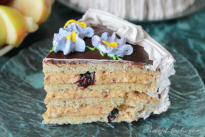 Медовый торт с орехами и черносливом в разрезе