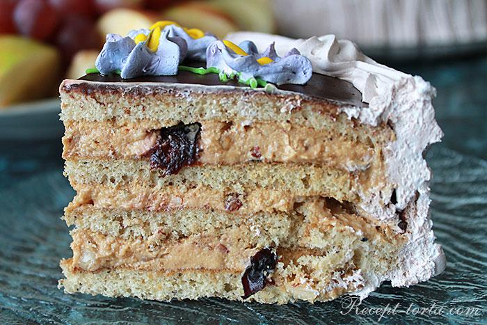 Медовый торт с орешками и черносливом - итоговое фото