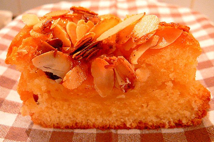 Бисквитный торт с персиками - фото в разрезе