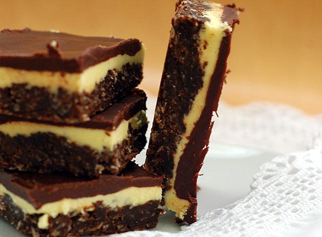 Торт из шоколадного печенья без выпечки с миндалем - итоговое фото