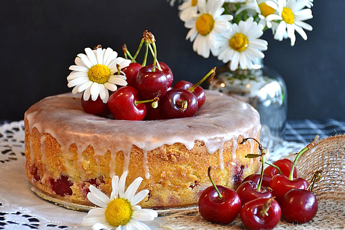 Бисквитный торт с вишневой ягодой - фото