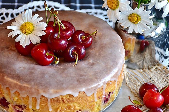 Торт с вишней и бисквитными коржами - итоговое фото