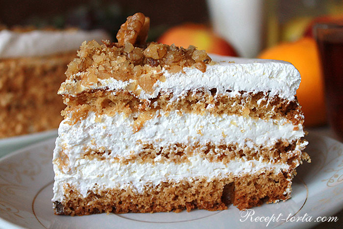 Кусочек торта с грушей и сливками