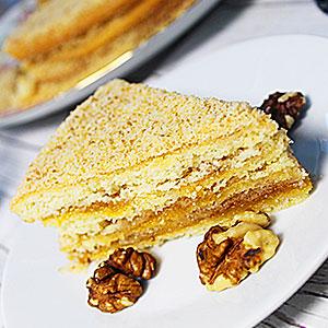 Простой торт с абрикосовым джемом и грецкими орехами