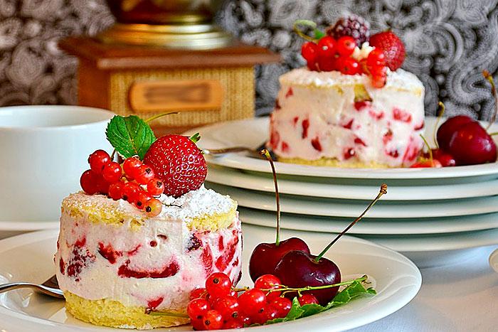 Итоговое фото творожно-клубничного крема в бисквитном торте