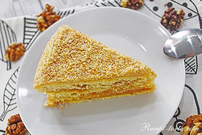 Кусок торта с абрикосовым джемом и орехами