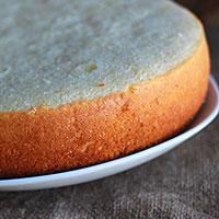 Апельсиновый бисквит разрежьте на коржи для торта - фото