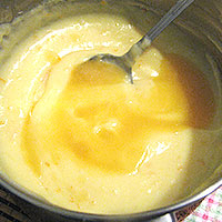 Вводим в теплый апельсиновый крем желатин - фото