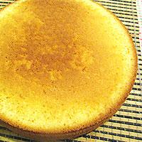 Остужаем апельсиновый бисквит для торта - фото
