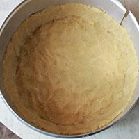 Распределяем тесто чизкейка по форме для выпечки - фото