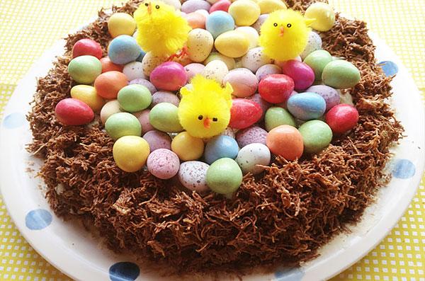 Шоколадный торт-гнездо с пасхальными яйцами и цыплятами из текстиля