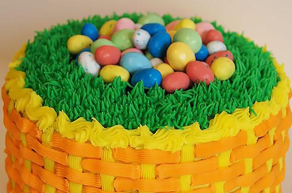 Торт-корзинка с пасхальными яйцами, украшенный масляным кремом