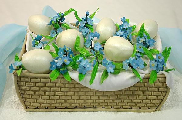 Торт-корзинка с яйцами и цветами из мастики