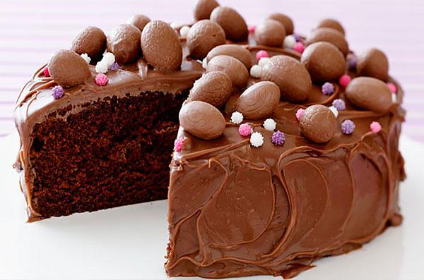 Пасхальный торт с кремом и шоколадными яйцами