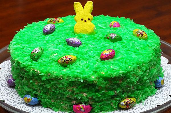 Пасхальный торт с крашеной кокосовой стружкой и шоколадными яйцами