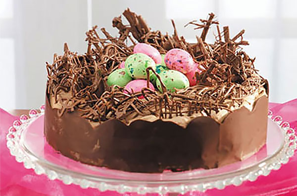 Шоколадный торт-гнездо с пасхальными яйцами