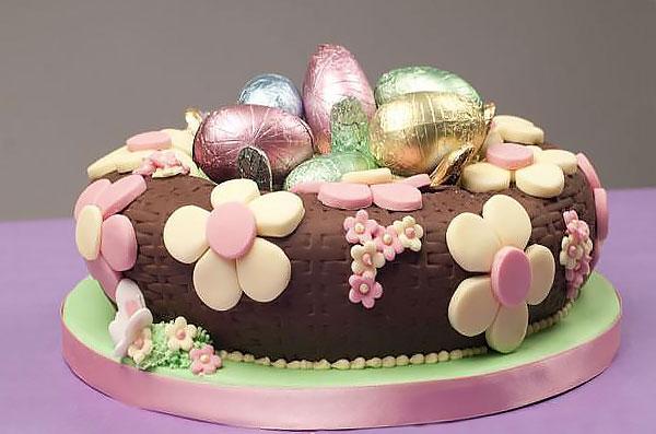 Торт-гнездо с пасхальными яйцами и декором из мастики