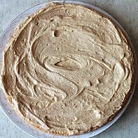 Смазываем готовый бисквитный корж кремом - фото