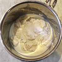 Смешиваем продукты для заварного крема - фото
