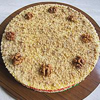 Украшаем вафельный торт орехами - фото