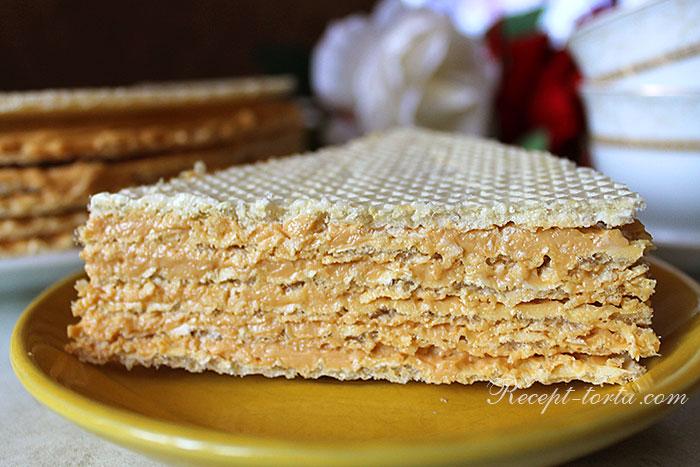 Торт из вафельных коржей с вареной сгущенкой в разрезе