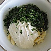 Добавим в сыр чеснок, сметану и укроп - фото
