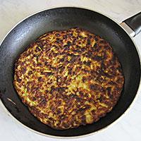 Обжариваем корж для кабачкового торта с другой стороны - фото
