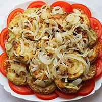 Слои кабачкового торта с помидорами - фото