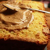 Обмазываем торт карамельным кремом