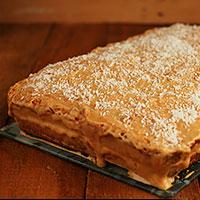 Посыпаем карамельно-апельсиновый торт кокосовой стружкой