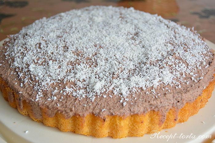 Готовый торт из покупного коржа, сливок и клубники - фото