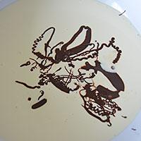 Вливаем топленый шоколад в сливки - фото