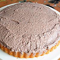 Распределяем сливки по поверхности торта - фото