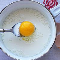 Смешаем молоко с яйцами - фото