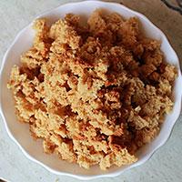 Бисквитное медовое тесто в крошках - фото