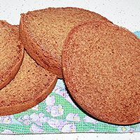 разрезаем бисквит на коржи