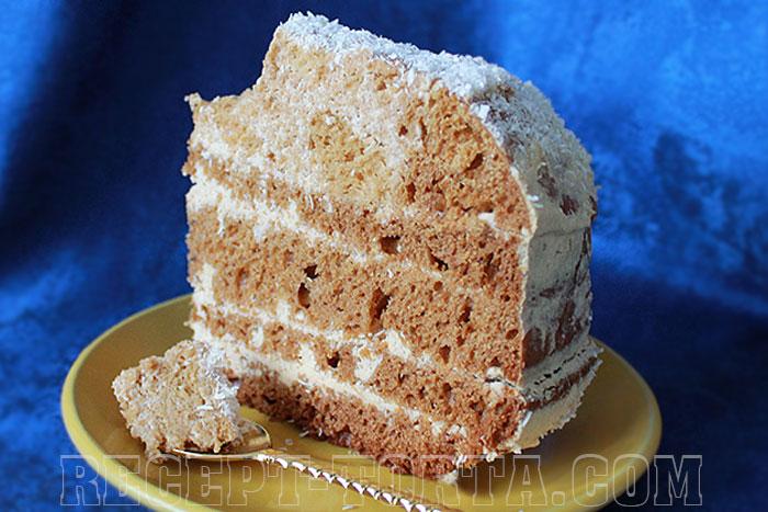 Кусок медового торта приготовленного в мультиварке