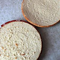 Нарезаем бисквит на коржи - фото