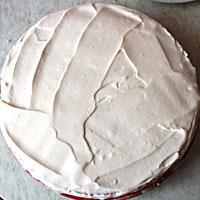Мокрый бисквит смазывем кремом - фото