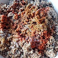 Приправляем фарш для мясного торта - фото