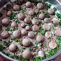 Украшаем торт грибами и луком - фото
