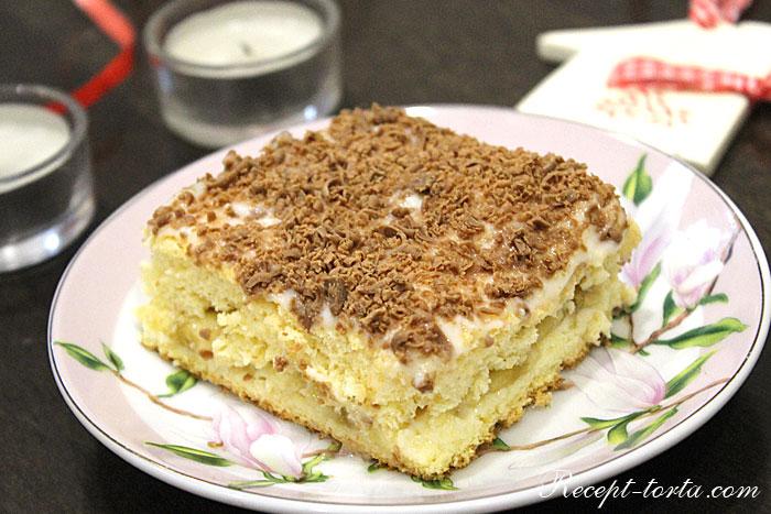 Бисквитный торт с заварным кремом в разрезе