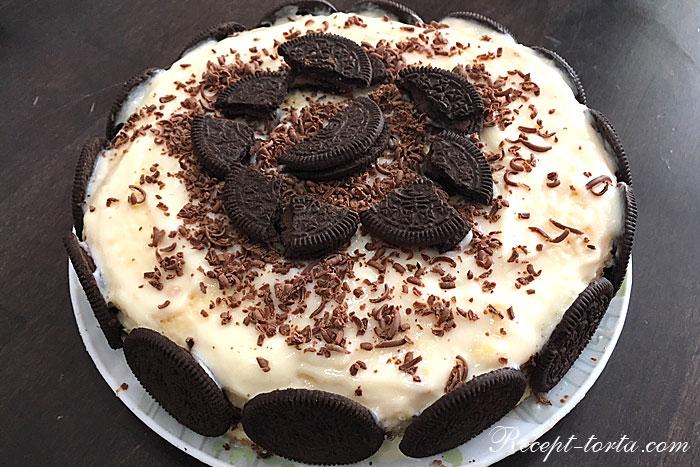 Бисквитный торт с заварным кремом в праздничном оформлении
