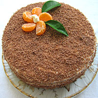 Украшаем шоколадный торт стружкой и мандаринами - фото