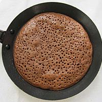 Выпекаем шоколадные блинчики на сковороде - фото